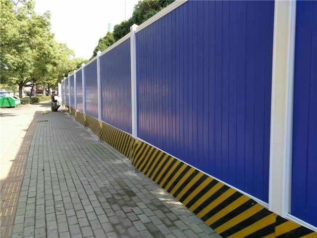十堰建筑工地采用多色PVC施工围挡靓丽一新