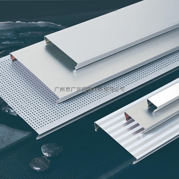 铝条扣天花在结构式是一种封闭式的天花设计