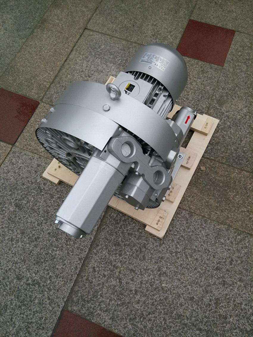 深水曝气旋涡气泵安装注意事项:   1,必需使用平垫圈和弹簧垫圈来加紧螺丝;   2,最好能使用橡胶缓冲胶来承受全风环形鼓风机的重量,特别是大功率的高压风机,必不可少;   3,对于某些对噪音有要求的场合,可以加装消音棉来降低噪音(一般情况下,大约在5dB左右),消音棉安装在进风管道或出风管道的末端;   4,对于某些对噪音要求很高的场合,可以根据机器本身的条件,加上一层消音绵,即可满足现场的噪音要求,具体可咨询我公司。   深水曝气旋涡气泵在使用消音绵消音时,注意环形鼓风机与箱体的距离,注意风机的通