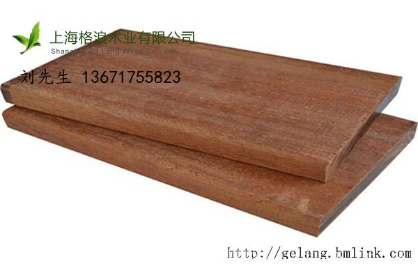 红铁木 红铁木: 7500-8500元/m3 中文学名: 红铁木 别 称: 红铁檀,翼红铁木 分布区域:非洲西部地区,利比里亚,非洲加蓬等地 英文名:ekki 红铁木,大乔木。材质甚重,强度高,其心材红褐色至暗褐色,边材粉白色。主要生长在雨林和沼泽地区。 木种属大乔木,树高可达40-45米,树干通直,直径1.
