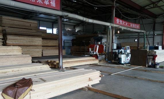 """天津东丽恒丰通木业公司是一家专业从事各种规格的木材加工厂,本公司可根据客户需求加工各种规格的建筑木方,刨光木方,木龙骨及板材。大量生产批发主要销往工地,门市,装修公司,定制床板,私家使用等等销路广泛。 公司秉承""""诚信塑造卓越,质量成就未来""""的经营理念,始终坚持""""以质量求生存,向管理要效益,靠技术谋发展""""的经营策略,竭诚为各界朋友服务,热情欢迎全球客商来电,来函,来访,我们会为您提供***的服务。 我们的服务承诺:专业,敬业,精确及时,严谨细致。 我们的服务方"""