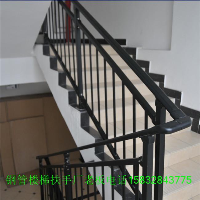 扶手是指采用镀锌钢管材料制作的用于不同部位,具备不同功能性的钢管楼梯扶手,由于其后期是用静电喷涂处理表面层,使具 有高强度,高硬度,外观精美,色泽鲜艳等优点,成为住宅小区,工厂院校等使用的主流产品。传统的楼梯扶手使用铁管材料,需要借助 电焊等工艺技术,而且质地较软,容易生锈,色彩单一。钢管楼梯扶手完美地解决了传统护栏的缺点,而且价格适中,成为传统各式钢梯 扶手材料的替代产品。钢管楼梯扶手采用无焊穿插组合方式进行拼装(也有工艺需要局部焊接,但要在喷涂前做补锌处理),基材厚度是 不锈钢的2-3倍,500多种颜