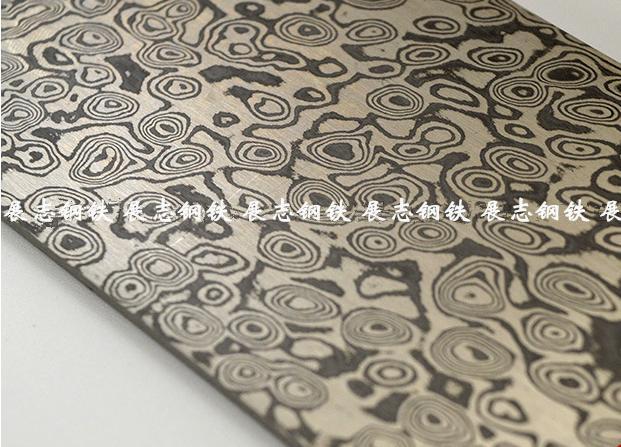 """大马士 革钢,是个广义上的名字,现代泛指表面具有花纹的钢材。古代称之为乌兹钢。在中世纪,印度出产的一种""""乌兹钢锭"""",是制作刀剑的顶级用钢,每年阿拉伯商人都要向印度进口大量的钢锭用于武器制造。这种钢在铸造成刀剑时表面会有一种特殊的花纹---穆罕默德纹,所以它是属于花纹钢中的铸造型花纹钢,区别于折叠锻打形成的焊接型花纹钢。 因为花纹能够使刀刃在微观上形成锯齿(肉眼无法分辨),使得刀剑更加锋利。"""