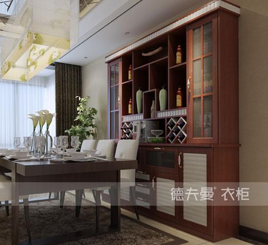 这一款中式风格酒柜的设计也非常合理,上柜左右以封闭式的玻璃门,中间