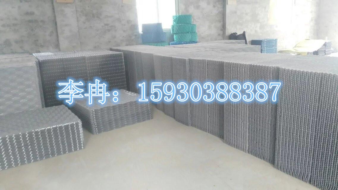 生产厂家:北京亚通恒业科技有限公司 颜 色: 灰色 产品特点:具有重量轻,强度大,阻燃性能好,耐腐蚀,设计先进,通风阻力小,亲水性强,接触面积大等特点。 规格型号:850*1000mm 1000*1000mm 1300*1000mm 片 距:15mm 片 厚:0.25-0.4mm 适用温度:75~35 适用范围:方形横流式冷却塔 联 系 人:李经理 电话:15930388387  填料是冷却塔换热的关键部件,塔中气,水热交换过程主要在淋水填料中完成的,所以淋水填料热力和阻力特性是影响冷却塔冷却效果的主要