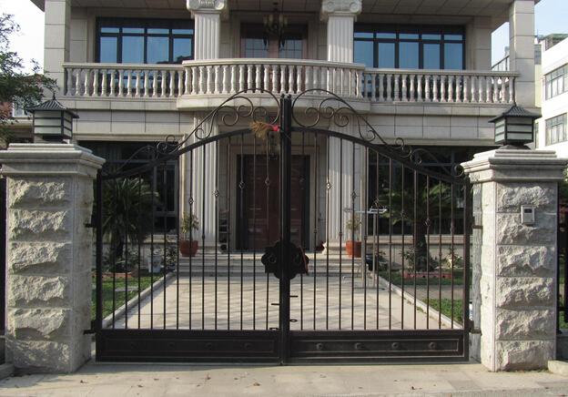 让普通家庭也使用铁艺大门:在一些有钱人家或者别墅