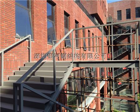 钢结构工程施工案例--龙华办公楼消防梯加建施工现场