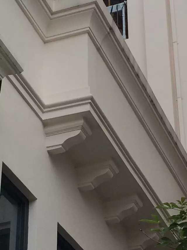 一般安装在屋檐下图片