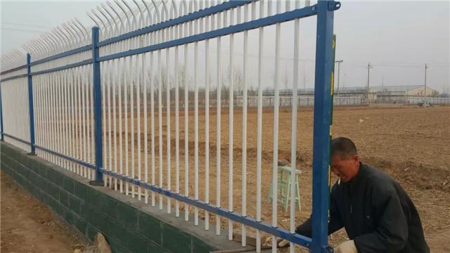 如:高速公路护栏,高压电塔都是采用高温热浸锌材料,其防锈长达30年之