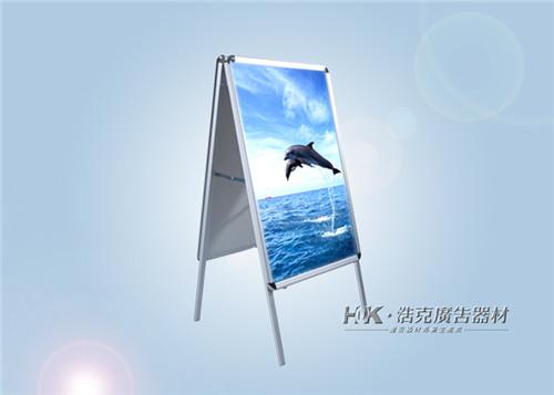 铝合金双面海报架具备有便于移动,四面可更换画面,换画方便,安装