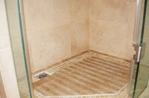 头一次见淋浴房地面做拉槽处理, 引起楼上邻居来取经