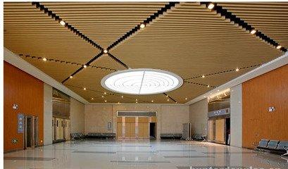 酒店前台吊顶u型木纹铝方通产品安装效果