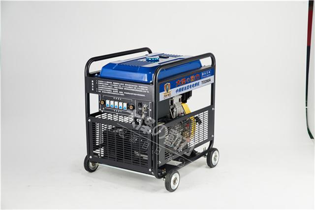 大泽小型250A柴油发电电焊机采用IGBT斩波,再加上脉宽调制和电抗器平波技术,使得焊接电压波形更平稳 焊接时电流不过零,电流波动小,焊缝质量高 ,优质电力 ,新型AVR技术与减震线圈的应用, 使机器可以达到电焊电压完美的波形 ,而没有浮动的电焊电流则意味着高质量的电焊操作 具有动力启动快捷、运转平稳、震动小、油耗省、体积小、结构紧凑、点火稳定可靠等优点,大大提高您的工作效率 小型250A柴油发电电焊机的工作原理: 电流电压经三相主变压器降压,由可控硅元件进行整流,并利用改变可控硅触发角相位来控制输出电