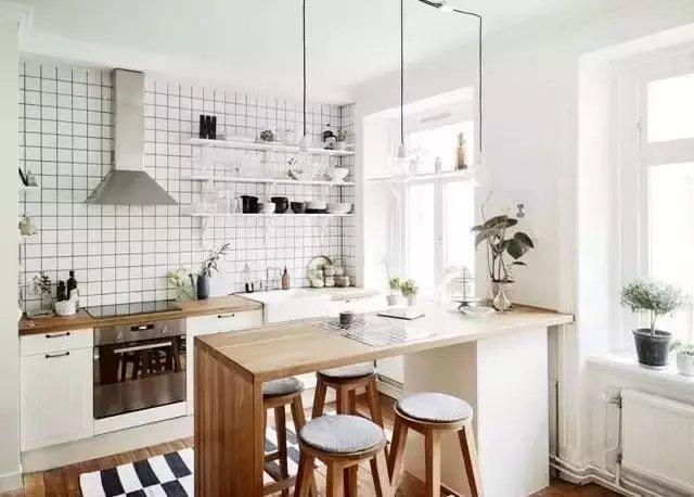 隔而不断-客厅水晶帘隔断效果图   ▲作为 厨房与餐厅之间的隔断,效果