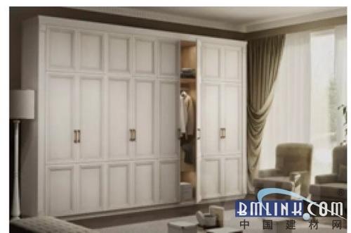 雅致的纯白色外观,细腻的木纹表面,简约的门型设计,给人以最自然温馨