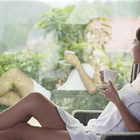 一杯奶茶坐在阳光房内享受清爽空间