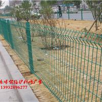 郑州三角折弯护栏网河南桃型柱防护网