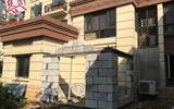 一楼的阳光房墙修得太高,二楼的都看到凸起的砖头了……-一楼自家小院盖阳光房