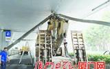 载着挖掘机钻高架桥 货车超高撞断排水管-排水管